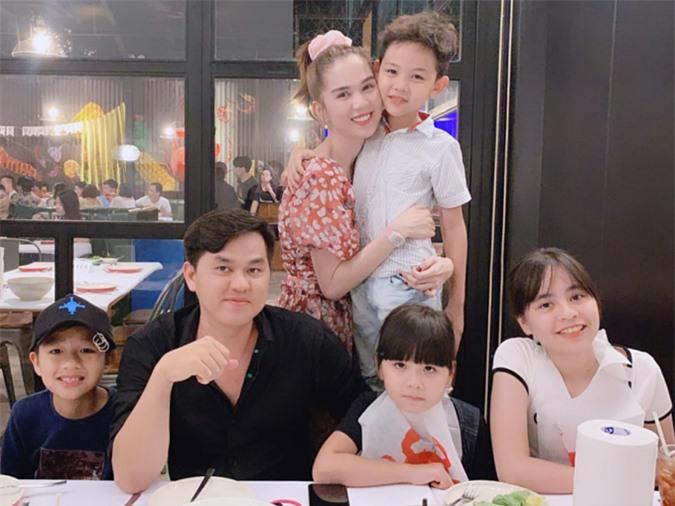 Gia đình Ngọc Trinh quây quần, ăn cua tại nhà hàng của Tăng Thanh Hà. Cô đặt hẳn phòng riêng để bảo đàm riêng tư cho cả nhà.