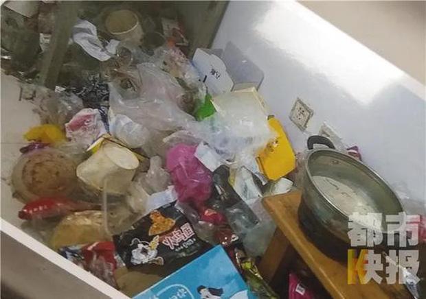 Căn phòng ngập rác của cô gái trẻ.