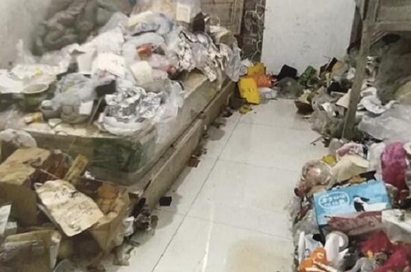 Chiếc giường ngủ cũng được lấp đầy bởi rác.