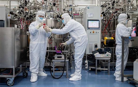 Ai sở hữu vaccine COVID-19 sẽ giống vũ khí hạt nhân trong Chiến tranh Lạnh - Ảnh 1.