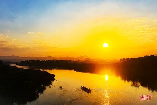 Như vô tình làm đổ lọ mực của mình, ông mặt trời nhuộm đỏ cả dòng sông Ngàn phố. Lặng lẽ trong bóng hoàng hôn ấy là một con thuyền trở về sau một ngày mưu sinh trên sông nước…