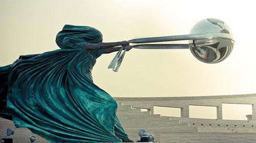 """Bức tượng """"The Force of Nature"""" (Sức mạnh của thiên nhiên) ở thành phố Doha, Quatar. Đây là tác phẩm điêu khắc của nghệ sĩ người Ý, Lorenzo Quinn với ý nghĩa ca ngợi công lao và sức mạnh của mẹ thiên nhiên trong công cuộc lập nên vũ trụ."""