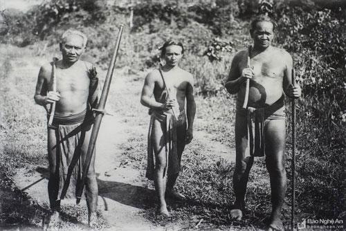 3 người đàn ông làm nghề săn bắn tại Mường Típ, Kỳ Sơn năm 1920.