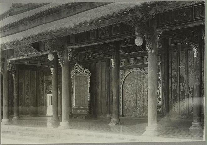 Cửa chính vào Tử Cấm Thành của hoàng cung Huế, tấm biển phía trên đề là Càn Thành Cung. Bị phá hủy năm 1947.