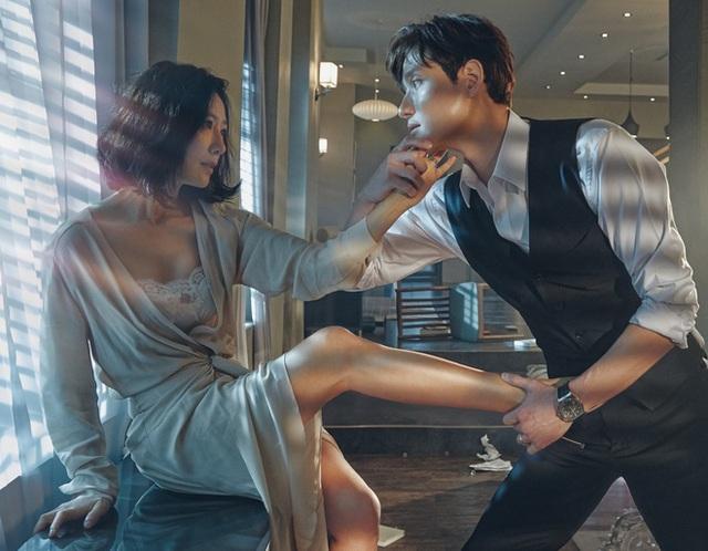"""Nếu là fan của phim truyền hình Hàn Quốc, bạn sẽ nhận ra rằng trong nhiều bộ phim, nữ diễn viên ngoài đời thực lớn tuổi hơn nam diễn viên đóng cặp với cô ấy (Cảnh trong """"Thế giới hôn nhân"""")"""