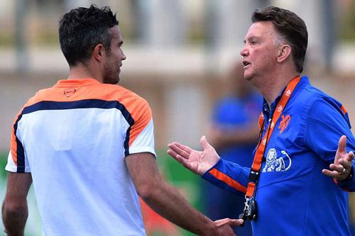 Van Persie tiết lộ từng bị Van Gaal cho... 'ăn tát' vì không nghe lời