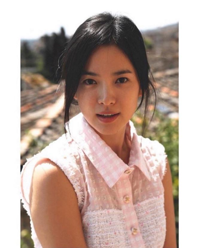 Song Hye Kyo 'tóc nâu môi trầm' khác xa style mặt mộc nền nã sau 8 năm - ảnh 5