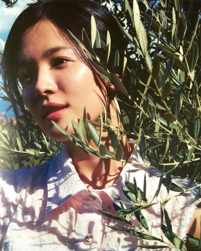 Song Hye Kyo 'tóc nâu môi trầm' khác xa style mặt mộc nền nã sau 8 năm - ảnh 6