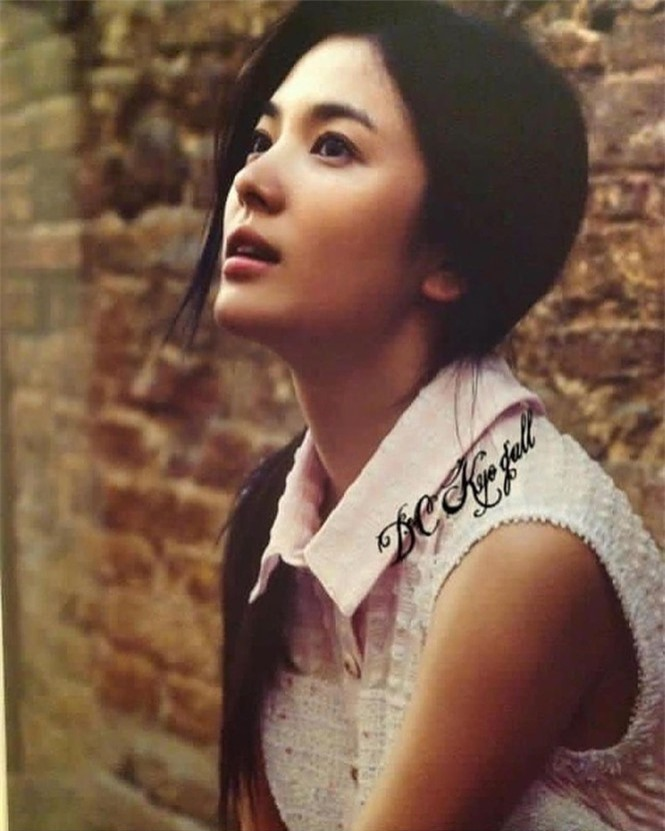 Song Hye Kyo 'tóc nâu môi trầm' khác xa style mặt mộc nền nã sau 8 năm - ảnh 7