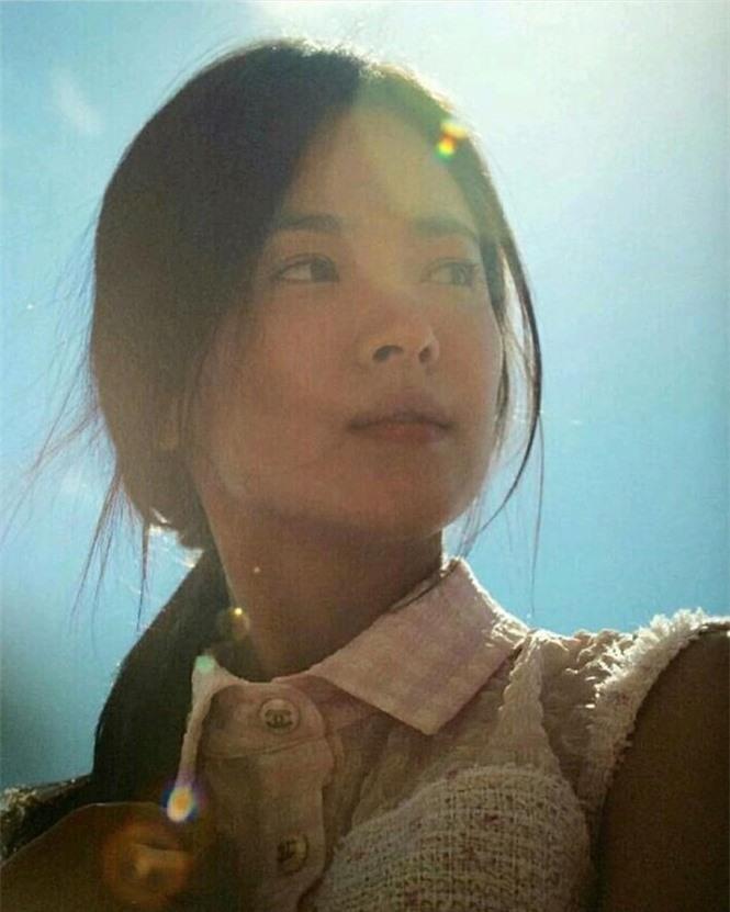 Song Hye Kyo 'tóc nâu môi trầm' khác xa style mặt mộc nền nã sau 8 năm - ảnh 8