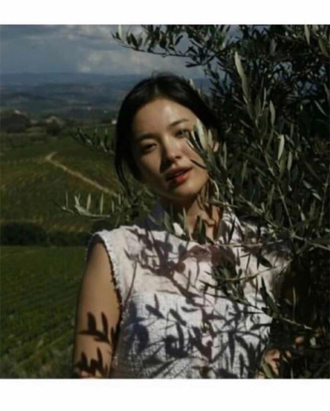 Song Hye Kyo 'tóc nâu môi trầm' khác xa style mặt mộc nền nã sau 8 năm - ảnh 9