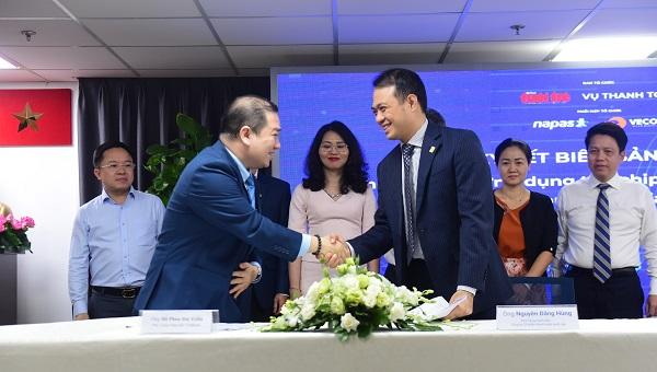 Ông Nguyễn Đăng Hùng - Phó Tổng giám đốc Napas và Ông Hồ Phan Hải Triều - Phó Tổng giám đốc Ngân hàng TMCP Việt Nam Thương Tín (VietBank) - Trưởng ban dự án vé giao thông công cộng ký kết biên bản ghi nhớ về việc nghiên cứu và ứng dụng thẻ chip nội địa (VCCS) trong thanh toán giao thông.