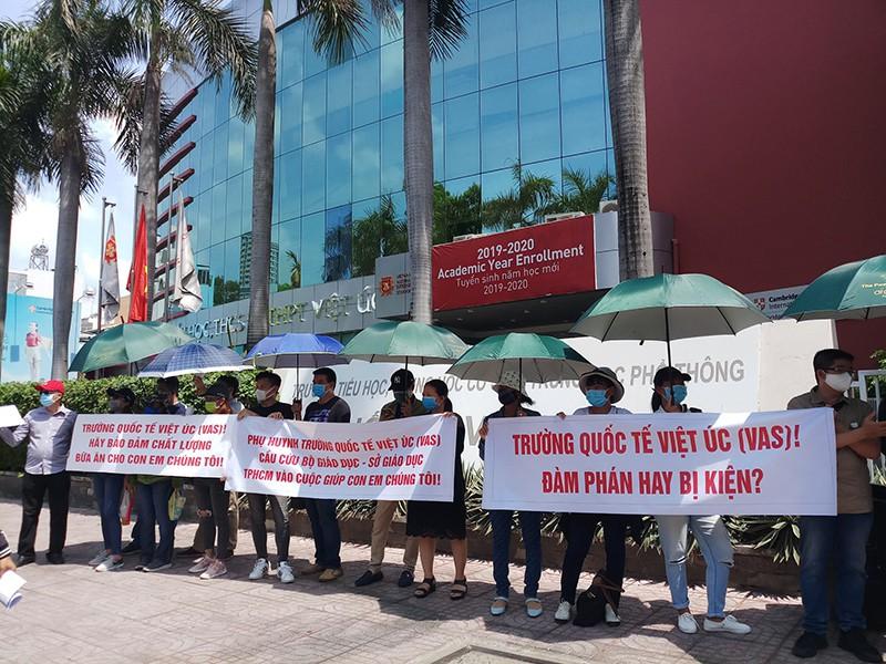 Phụ huynh Trường Việt Úc tập trung lần thứ 3 để yêu cầu đối thoại với nhà trường nhưng không thành công.
