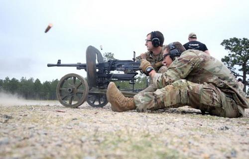Binh sĩ Mỹ huấn luyện bắn đạn thật với súng máy hạng trung SG-43 Goryunov. Ảnh: Defence Blog.