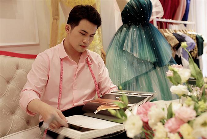 Nhà thiết kế Nguyễn Phúc Tuấn tốt nghiệp ngành kiến trúc nội thất nhưng vì đam mê thời trang, anh đã chuyển hướng nghề nghiệp. Nguyễn Phúc Tuấn đã cho ra mắt một số bộ sưu tập và được nhiều nghệ sĩ tin tưởng, nhờ hỗ trợ trang phục.