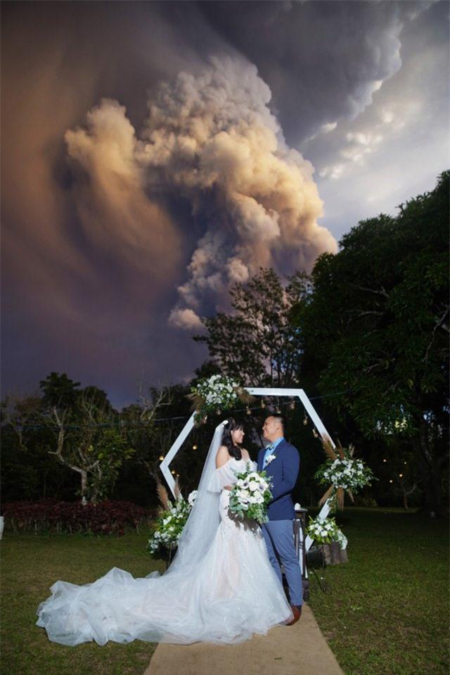 Núi lửa phun trào ngay phía sau, cô dâu chú rể vẫn bình chân như vại tổ chức đám cưới - 1