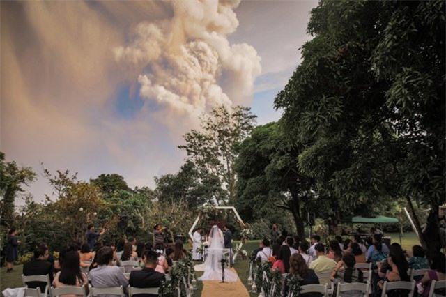 Núi lửa phun trào ngay phía sau, cô dâu chú rể vẫn bình chân như vại tổ chức đám cưới - 2