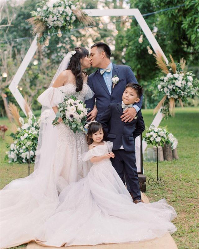 Núi lửa phun trào ngay phía sau, cô dâu chú rể vẫn bình chân như vại tổ chức đám cưới - 3
