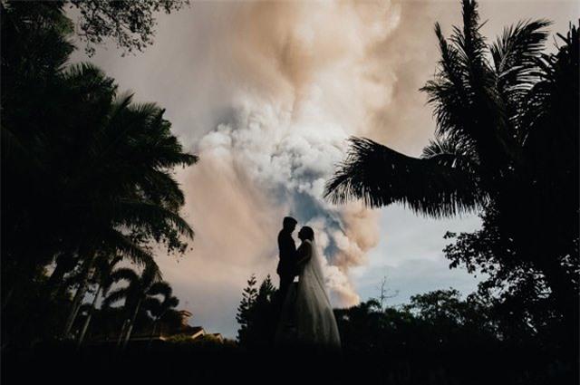 Núi lửa phun trào ngay phía sau, cô dâu chú rể vẫn bình chân như vại tổ chức đám cưới - 4