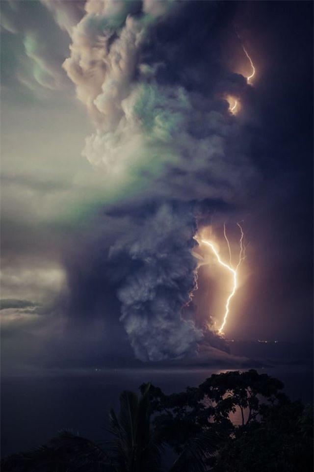 Núi lửa phun trào ngay phía sau, cô dâu chú rể vẫn bình chân như vại tổ chức đám cưới - 5