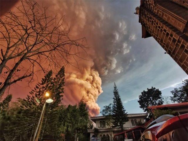 Núi lửa phun trào ngay phía sau, cô dâu chú rể vẫn bình chân như vại tổ chức đám cưới - 9