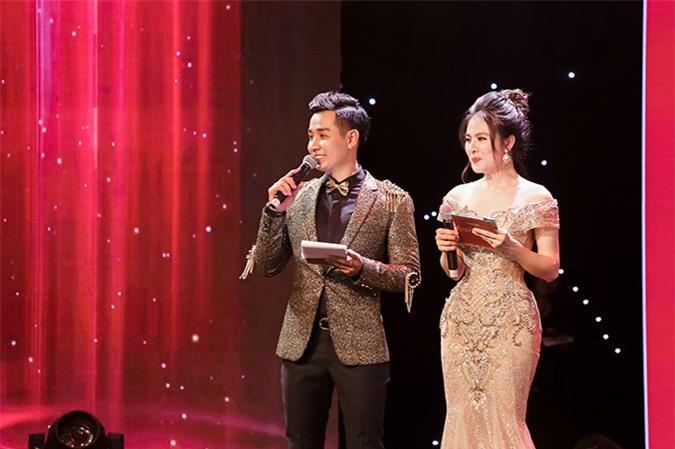 Vân Trang đảm nhận vai trò MC của lễ trao giải Quả Bóng Vàng 2019 cùng Nguyên Khang.