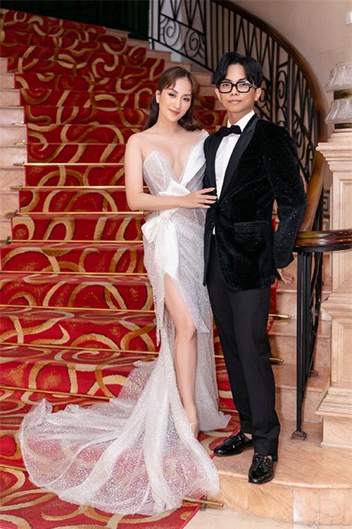 Khánh Thi khoe đường cong gợi cảm sau khi giảm cân thành công với đầm dạ hội bó sát của nhà thiết kế Anh Thư. Để đẹp đôi bên vợ, Phan Hiển chọn tuxedo tối màu kết hợp giày hàng hiệu.