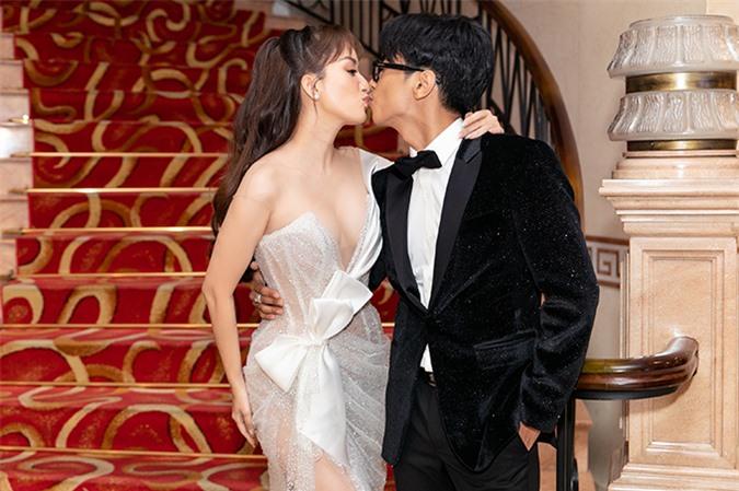 Cặp đôi khóa môi ngọt ngào trước sự chứng kiến của nhiều phóng viên, khách mời tại lễ trao giải Quả Bóng Vàng 2019.