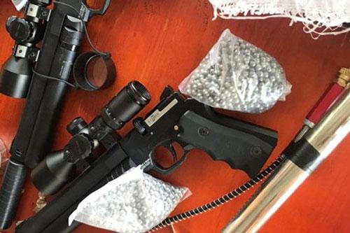 Thanh Hóa: Dừng xe vi phạm, cảnh sát phát hiện 2 khẩu súng, 3.000 viên đạn chì