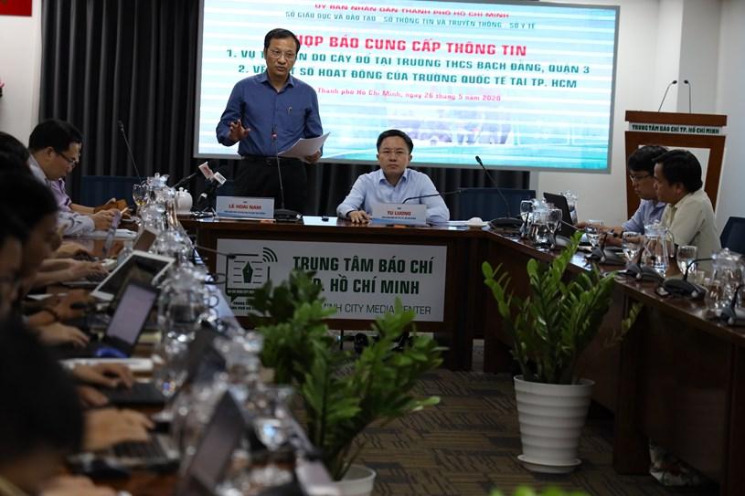 Phó Giám đốc Sở Giáo dục – Đào tạo TPHCM Lê Hoài Nam chia sẻ thông tin với báo chí.