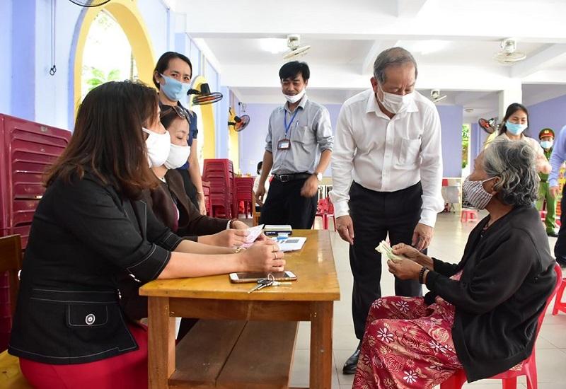 Lãnh đạo tỉnh Thừa Thiên Huế động viên chia sẻ với người dân bị ảnh hưởng bởi Covid-19 và kiểm tra công tác chi trả hỗ trợ cho các đối tượng