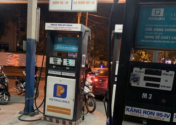 """Hà Nội: Xử phạt 30 triệu đồng cây xăng """"găm"""" 20.000 lít hàng chờ tăng giá"""