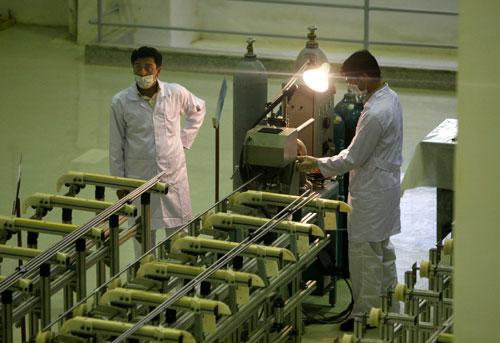 Kỹ thuật viên Iran làm việc tại một cơ sở sản xuất nhiên liệu uranium mới cho một lò phản ứng hạt nhân nước nặng kế hoạch, ngay bên ngoài thành phố Isfahan, 255 dặm (410 km) về phía nam của thủ đô Tehran. (Nguồn: AP)