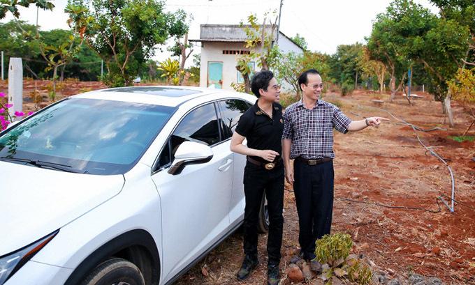 Đầu năm rảnh rỗi Ngọc Sơn (trái) lái xe về Lâm Đồng thăm trang trại của anh. Giọng ca 'Tình cha' tiết lộ, mảnh đất rộng 20.000 m2 này do một fan lâu năm mà anh xem như người thân tặng.