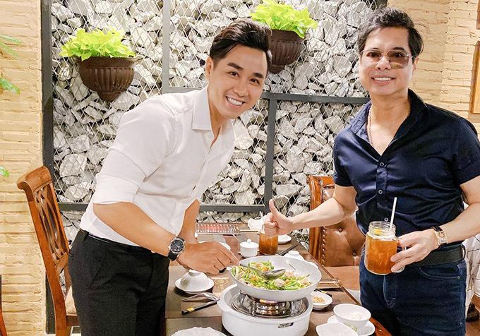 Ngọc Sơn (phải) đến ủng hộ nhà hàng hải sản mới mở của MC Nguyên Khang tại TP HCM. Nam ca sĩ chia sẻ, anh hiếm khi đi ăn ở ngoài vì hầu như ăn chay, hạn chế thịt cá. Vì quý mến chàng MC, Ngọc Sơn mới nhận lời mời tới nếm thử món chả cá Lã Vọng.
