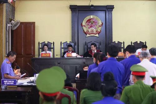 12 bị cáo đứng nghe viện kiểm sát đọc bản luận tội trong phiên toà chiều 24/5 (Ảnh: Dân trí)