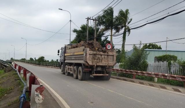 Xe quá tải ngang nhiên tung hoành tại TP.HCM.