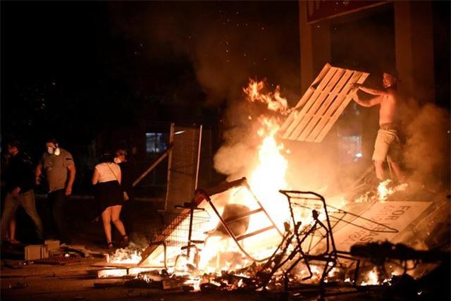 """""""Biển lửa"""" bạo động rung chuyển thành phố Mỹ vụ cảnh sát đè cổ người da màu - 13"""