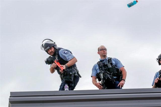 """""""Biển lửa"""" bạo động rung chuyển thành phố Mỹ vụ cảnh sát đè cổ người da màu - 14"""