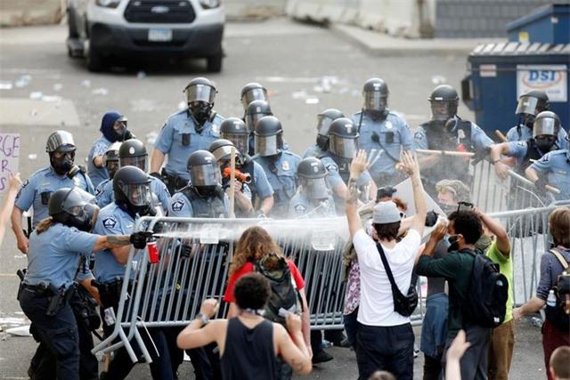 """""""Biển lửa"""" bạo động rung chuyển thành phố Mỹ vụ cảnh sát đè cổ người da màu - 15"""