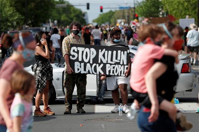 """""""Biển lửa"""" bạo động rung chuyển thành phố Mỹ vụ cảnh sát đè cổ người da màu - 17"""