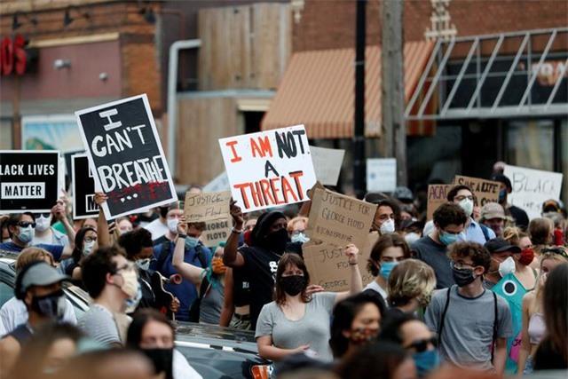 """""""Biển lửa"""" bạo động rung chuyển thành phố Mỹ vụ cảnh sát đè cổ người da màu - 18"""
