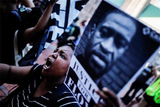 """""""Biển lửa"""" bạo động rung chuyển thành phố Mỹ vụ cảnh sát đè cổ người da màu - 2"""