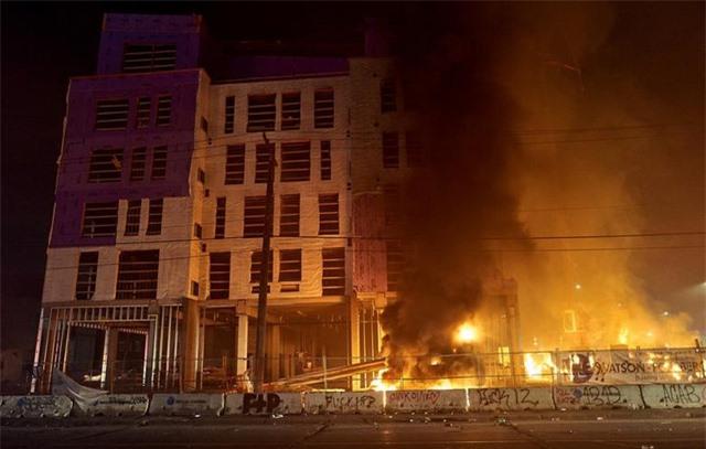 """""""Biển lửa"""" bạo động rung chuyển thành phố Mỹ vụ cảnh sát đè cổ người da màu - 3"""