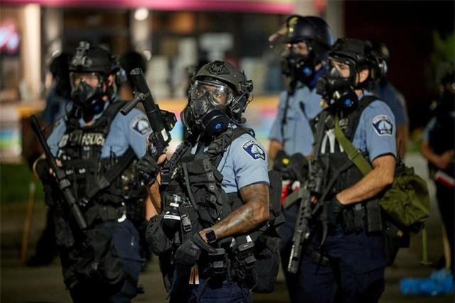 """""""Biển lửa"""" bạo động rung chuyển thành phố Mỹ vụ cảnh sát đè cổ người da màu - 4"""