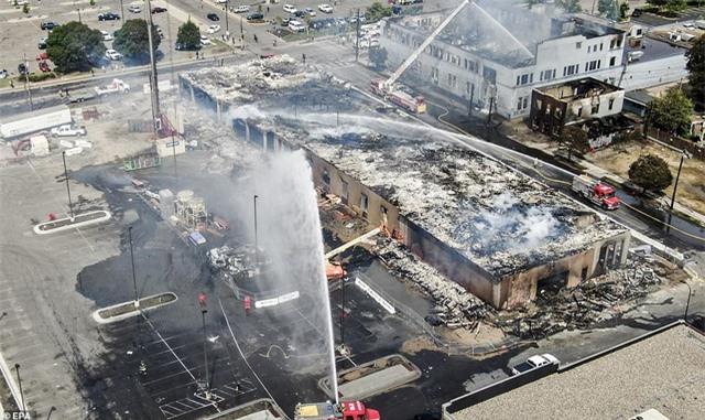 """""""Biển lửa"""" bạo động rung chuyển thành phố Mỹ vụ cảnh sát đè cổ người da màu - 5"""