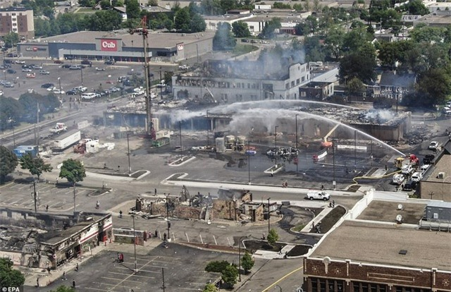 """""""Biển lửa"""" bạo động rung chuyển thành phố Mỹ vụ cảnh sát đè cổ người da màu - 6"""