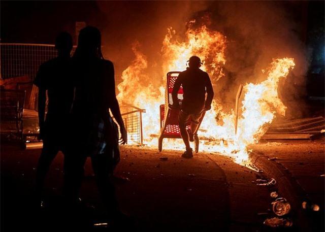 """""""Biển lửa"""" bạo động rung chuyển thành phố Mỹ vụ cảnh sát đè cổ người da màu - 8"""