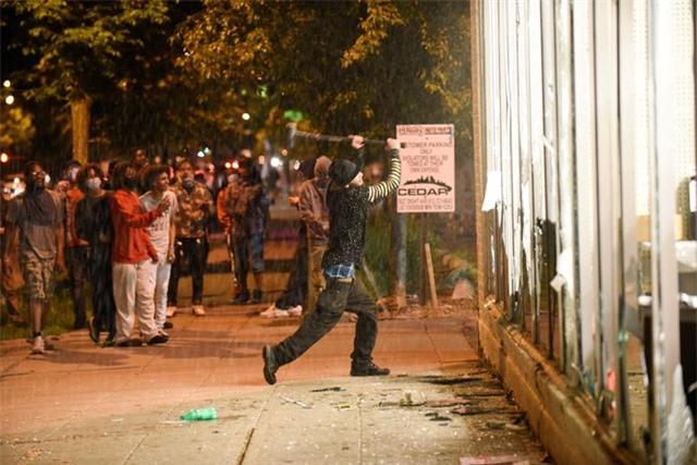 """""""Biển lửa"""" bạo động rung chuyển thành phố Mỹ vụ cảnh sát đè cổ người da màu - 9"""