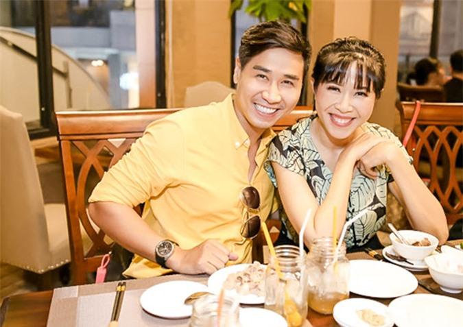 Nguyên Khang rạng rỡ tiếp đón MC Quỳnh Hoa tới ăn trưa.